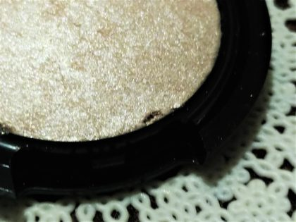 ダイソー(daiso) × ユーアーグラム(urglam) UGアイ&チークカラー(EYE & CHEEK COLOR) 未使用時の粉の粗さ01