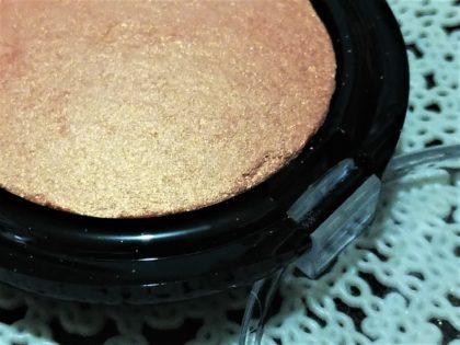 ダイソー(daiso) × ユーアーグラム(urglam) UGアイ&チークカラー(EYE & CHEEK COLOR) 未使用時の粉の粗さ02