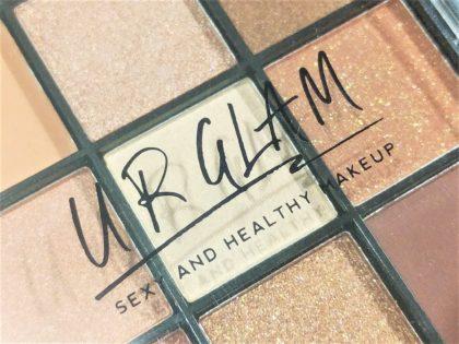 ダイソー×ユーアーグラム9色アイシャドウ「URGLAMブルーミングアイカラーパレット 01」本体ケースロゴ 黒文字